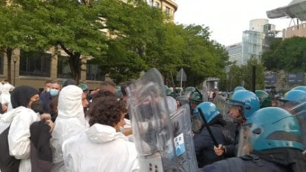 Clima, scontri prima della Pre-Cop26 a Milano: la polizia carica giovani attivisti
