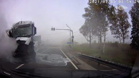 Camion disintegrato in strada dopo uno spaventoso incidente