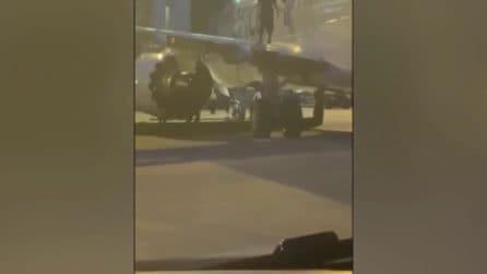 Follia in volo: passeggero esce dall'uscita di emergenza dell'aereo e sale sull'ala