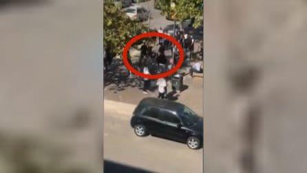 Violenta rissa tra ragazzi davanti al liceo per una catenina d'oro