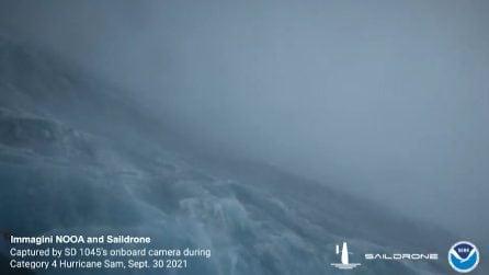 Drone all'interno dell'uragano Sam sfida le onde alte 15 metri: le immagini spettacolari