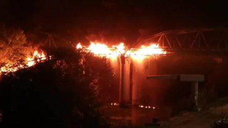 Il ponte brucia nel pieno della movida romana: musica dei locali in sottofondo alle fiamme