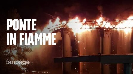 Brucia il Ponte di Ferro a Roma: le immagini dell'incendio e del crollo