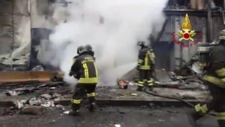 Aereo contro palazzo, l'intervento dei vigili del fuoco sul luogo della tragedia