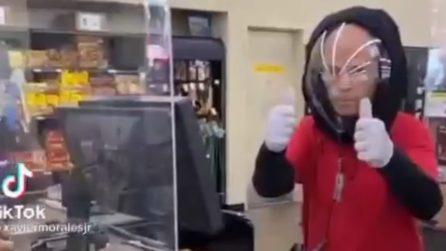 """Il cassiere indossa un casco """"speciale"""" al supermercato"""