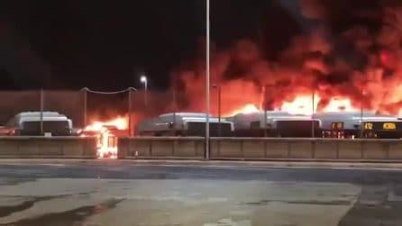Incendio a Roma, le immagini del deposito Atac di Tor Sapienza in fiamme