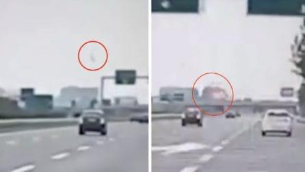 Aereo caduto a Milano, il video dello schianto: il velivolo in picchiata e poi l'esplosione