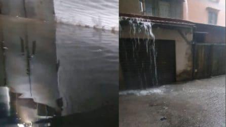 Maltempo Napoli, l'acqua invade strade e box auto