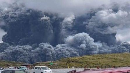 Giappone, l'eruzione del vulcano Aso: le immagini impressionanti