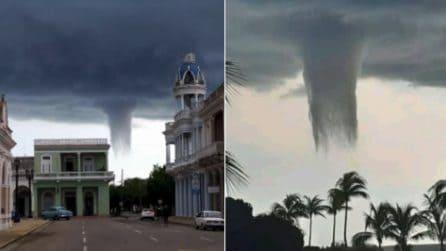 Cuba, gigantesca tromba marina che sembra un tornado: dura 8 minuti e mette tutti in apprensione