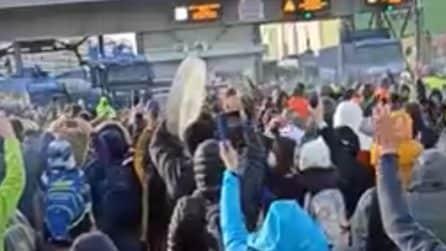 """Manifestanti no Green Pass al porto di Trieste al grido: """"Libertà"""""""