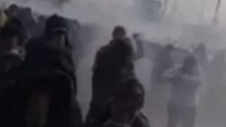 No Green Pass a Trieste: polizia lancia lacrimogeni per sgomberare i manifestanti