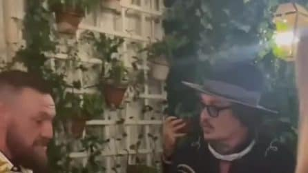 Conor McGregor incontra Johnny Depp e gli offre il whisky che produce