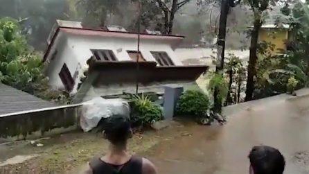 La casa si rovescia all'indietro e viene inghiottita dal fiume