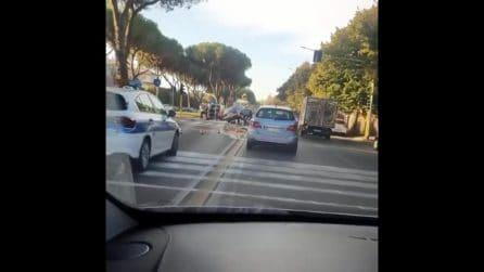 Roma, perde il controllo dell'auto e finisce contro la fermata del bus: ferito 86enne