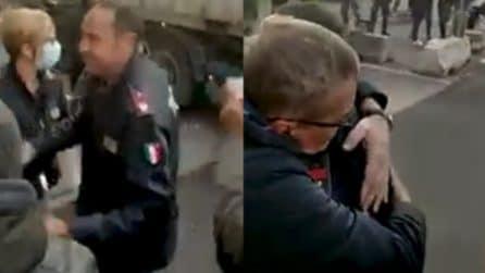 Poliziotti portano focacce ai manifestanti, le immagini dal porto di Genova
