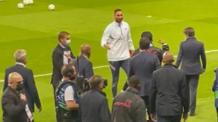 Ronaldinho saluta Donnarumma prima della partita del PSG: l'abbraccio tra i due