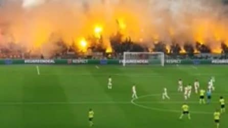Lo stadio dell'Ajax è una bolgia: fumogeni e fuochi d'artificio in curva