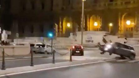 Auto a tutta velocità nel cuore di Roma: incidente da brividi