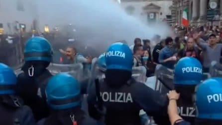 No green pass, diecimila persone in piazza: scontri con la polizia