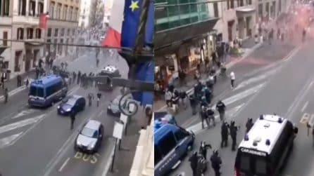 No Green pass, manifestanti rompono un cordone delle forze dell'ordine vicino Montecitorio