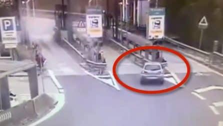 Perde il controllo dell'auto e si schianta sullo spartitraffico del casello dell'autostrada