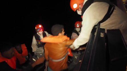 Migranti, le immagini del salvataggio della Resq People: 59 persone in salvo