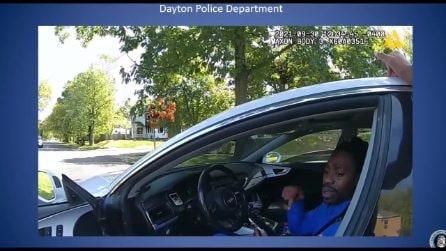 Usa, polizia trascina paraplegico afroamericano fuori dall'auto