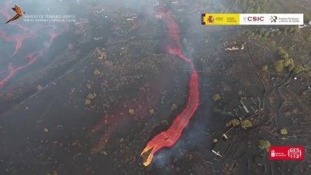 Eruzione a La Palma, il fiume incandescente di lava visto dall'alto è impressionante