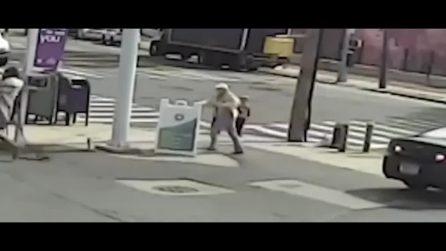 Video terrificante mostra un uomo che strappa una bambina di 3 anni dalle braccia di sua nonna