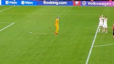 I tifosi dell'Albania lanciano bottigliette in campo, la reazione di Szczesny