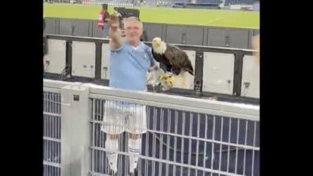 L'addestratore dell'aquila della Lazio fa il saluto romano insieme ai tifosi