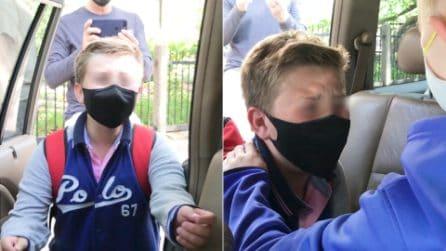 Riabbraccia a sorpresa il suo migliore amico dopo 2 anni: la reazione di questo bambino è commovente