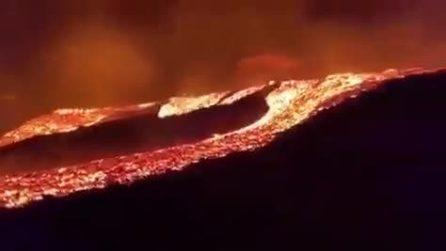 Un mare di lava tutto intorno: la scena da brividi durante l'eruzione del vulcano