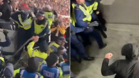 Polizia entra nello stadio: la reazione violenta degli hooligans li coglie di sorpresa