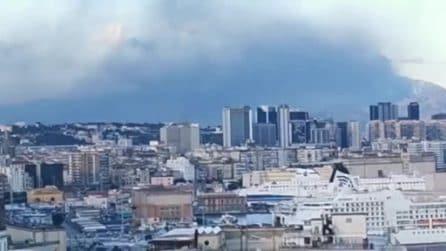 Maxi incendio in un capannone industriale nel Beneventano, il fumo fino a Napoli