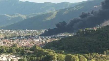 Incendio alla fabbrica di plastica Sapa di Airola, la nube nera arriva fino a Napoli
