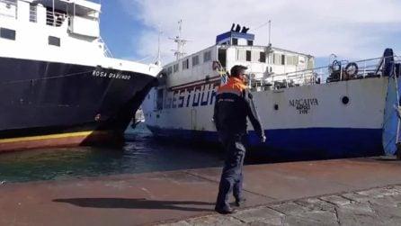 Procida, scontro tra traghetti al porto