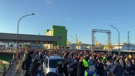 """Protesta No green pass al porto di Trieste. Un migliaio i manifestanti: """"Nessun blocco"""""""