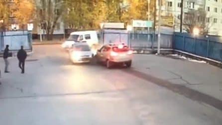 La macchina della polizia si schianta durante un inseguimento