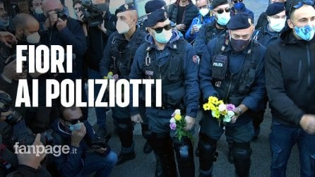 A Roma i manifestanti no green pass donano rose ai poliziotti