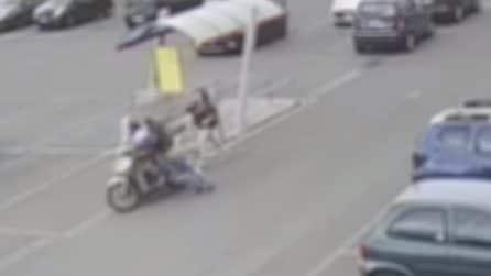 Tentano di rapinare una donna ma cadono dallo scooter