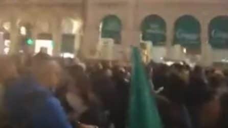 Milano, corteo contro il Green Pass in città: le persone si radunano davanti al Duomo