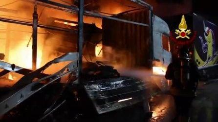 Incendio in un deposito di camion, decine di mezzi distrutti a Montefredane (Avellino)