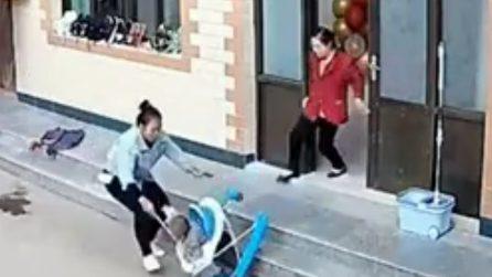 Il bimbo sta giocando nel girello, mamma lo salva con una scopa