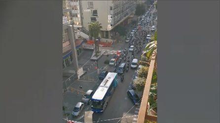 Il Napoli si dirige verso il Maradona: scortato dai tifosi a bordo degli scooter