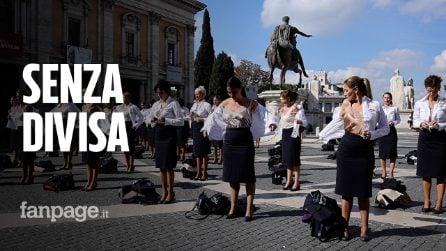 """Hostess Alitalia si spogliano in Campidoglio: """"Ci hanno tolto lavoro, vita e divisa"""""""