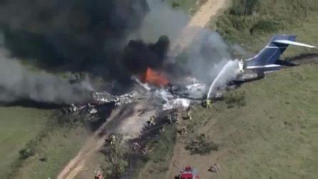 Aereo si schianta poco dopo il decollo e prende fuoco, i passeggeri si salvano