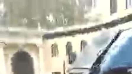 La polizia carica gli studenti fuori dal liceo Ripetta
