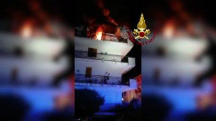 A Caserta incendio distrugge casa, donna salvata con autoscala